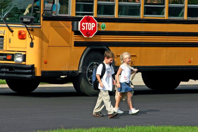 gata för pojkecrossingflicka royaltyfri fotografi