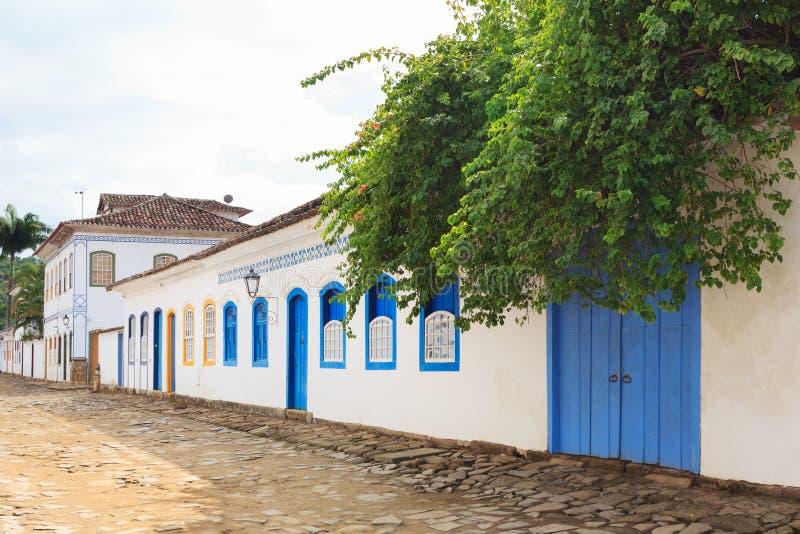 Gata gamla portugisiska koloniinvånarehus i Paraty, Brasilien royaltyfri foto