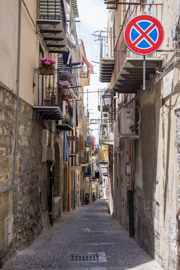 Gata i Cefalu - Sicilien arkivfoton