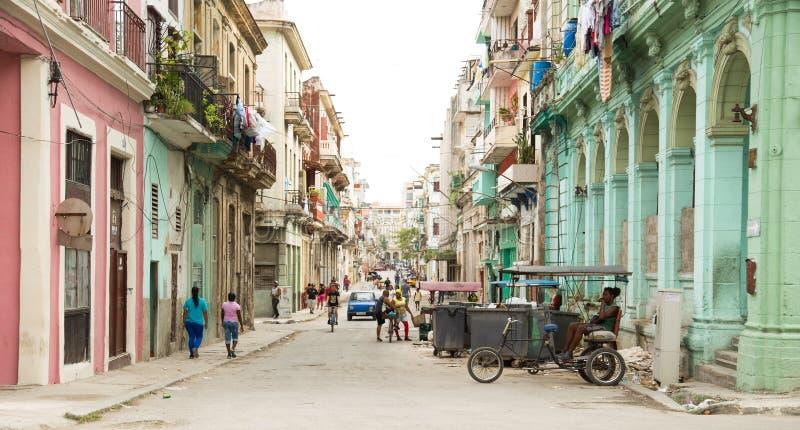 Gata i Centro Havana i Kuba arkivfoton