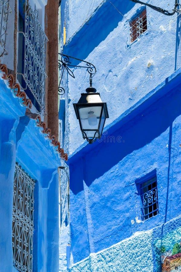Gata i den blåa staden av Chefchaouen Marocko royaltyfri bild