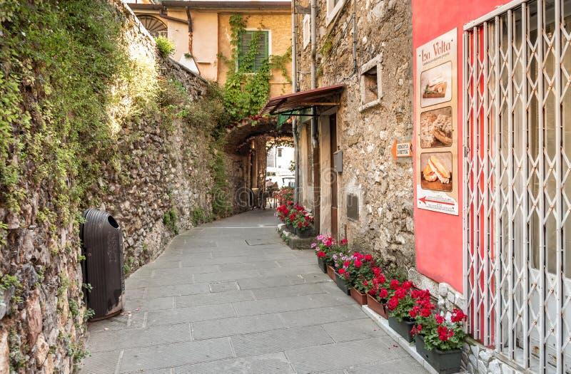 Gata i den forntida byn Colonnata som lokaliseras i landskapet av Massa-Carrara i Tuscany, Italien arkivbilder
