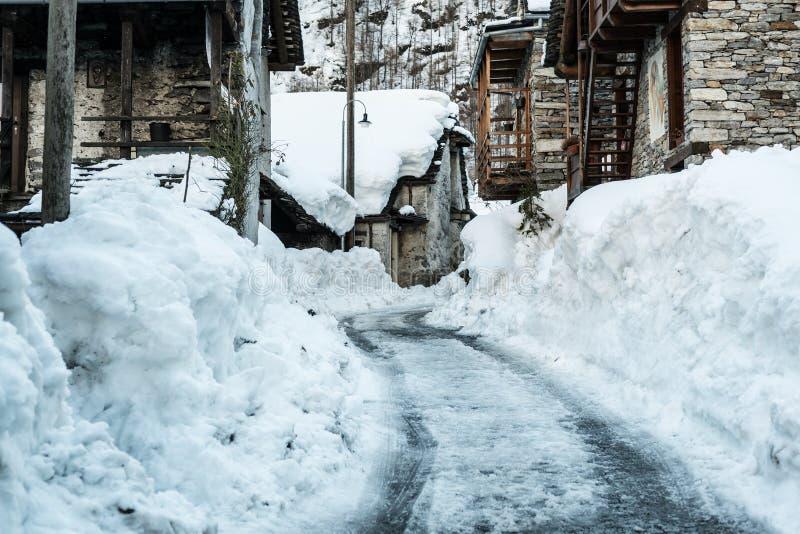 Gata i den gamla byn, vintersäsong - Sonogno royaltyfri bild