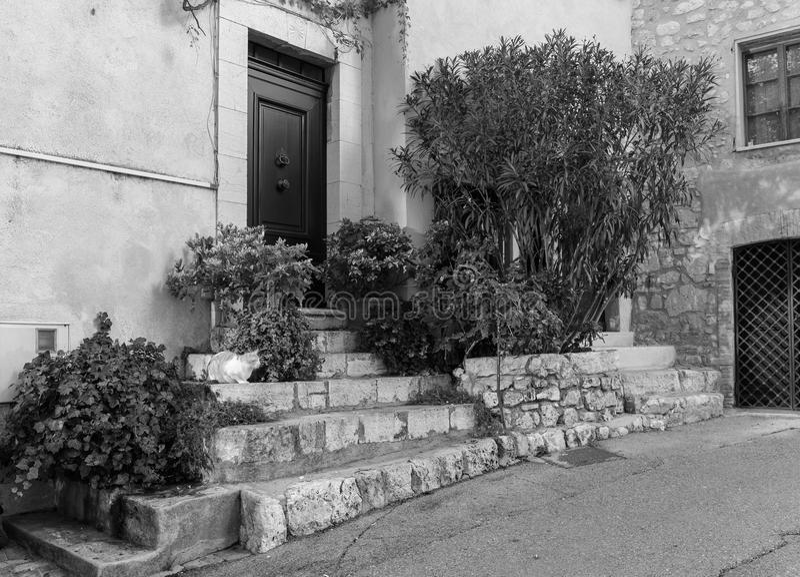 Gata i den gamla staden Mougins i Frankrike royaltyfria bilder