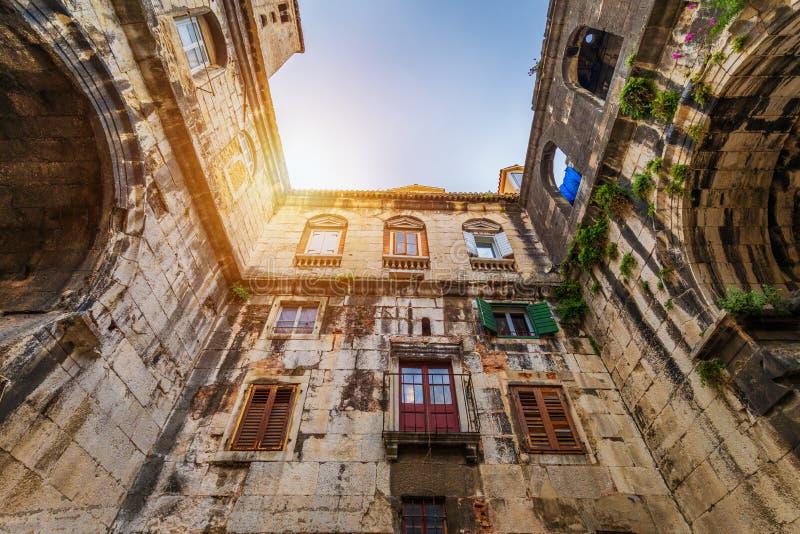 Gata i den kluvna historiska mitten, Kroatien Härlig fyrkant av den gamla staden av splittring i Kroatien Gammalt stena gatan av  royaltyfri foto