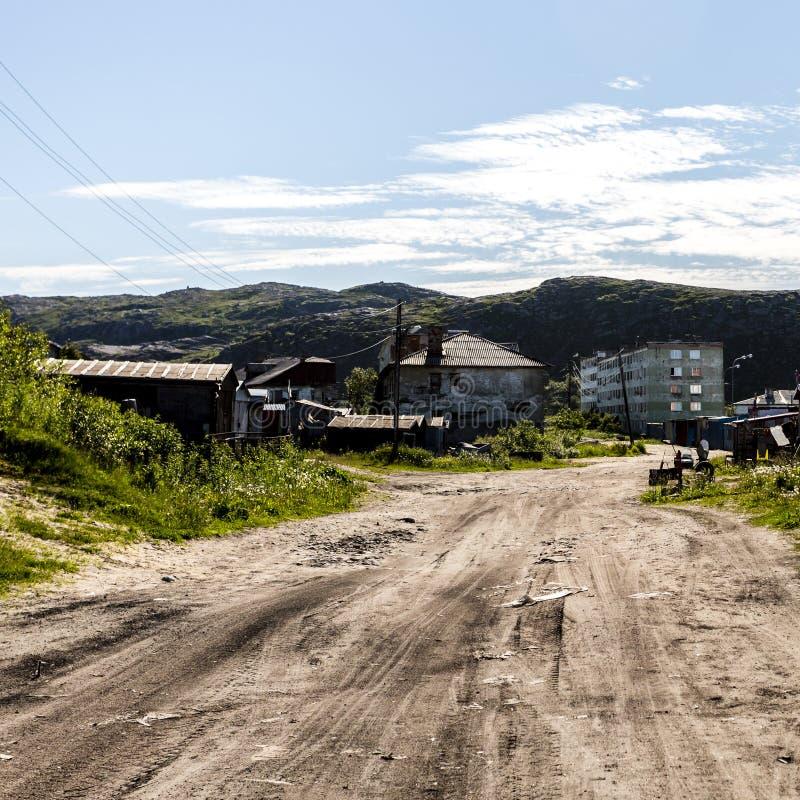 Gata i den lantliga lokalitetbyn Teriberka i det Kolsky omr?det av Murmansk Oblast, Ryssland arkivbild