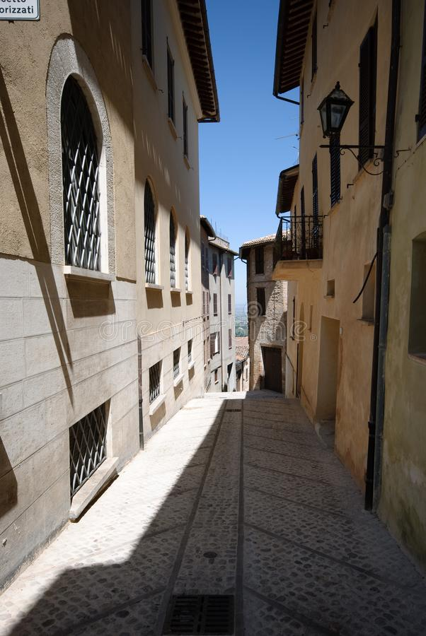 Gata i en härlig kullestad i Umbria fotografering för bildbyråer
