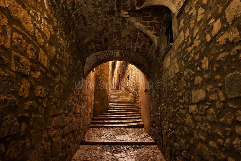 Gata i gammal stad av Girona vid natt arkivbild