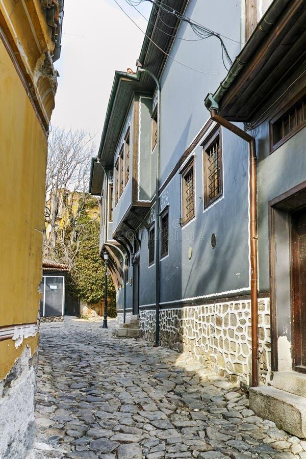 Gata i gammal stad och medeltida hus i Plovdiv royaltyfria bilder