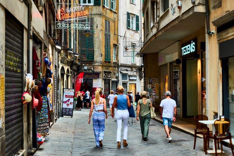 Gata i Genua med att gå folk arkivbilder