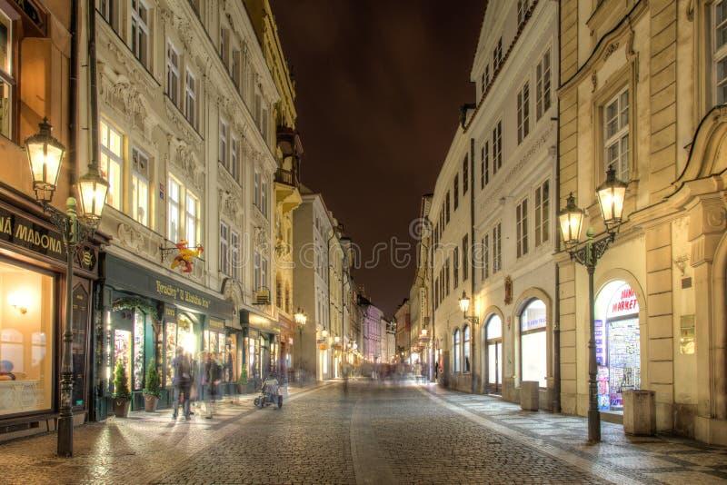 Gata i historisk stadsmitt av Prague på natten royaltyfri foto