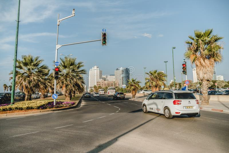 Gata i jaffa Israel Trafik nära Tel Aviv cityscape royaltyfri bild