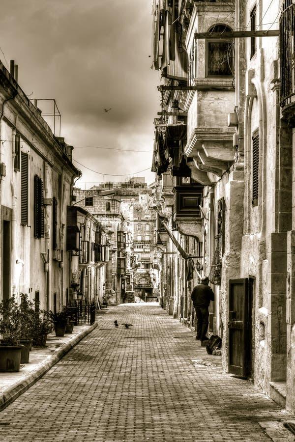 Gata i Malta, någon oidentifierad person som in går för att returnera royaltyfri foto