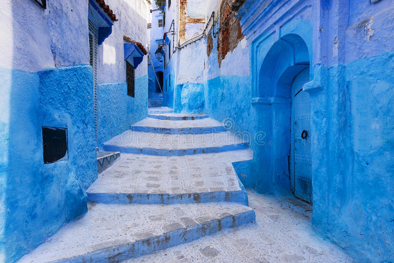 Gata i staden av Chefchaouen i Marocko arkivbild