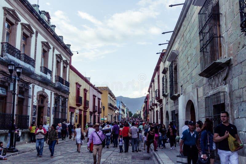 Gata i i stadens centrum Oaxaca Mexico arkivfoto