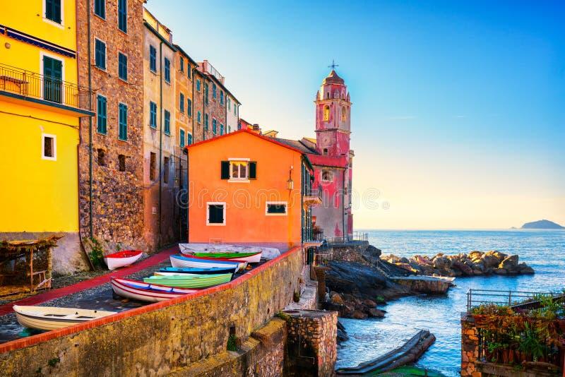 Gata, kyrka och fartyg för Tellaro havsby Cinque Terre Ligu arkivbild