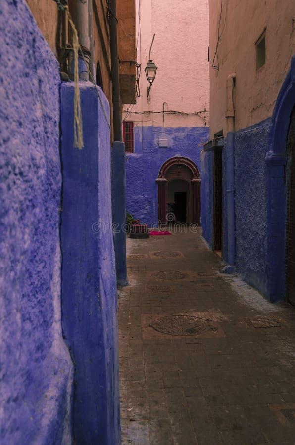 Gata Marocko, blått, medina, casablanca arkivbilder