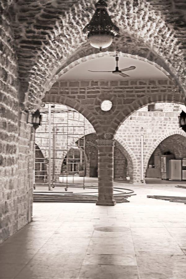 Gata med bågen i den gamla staden av Jaffa, Tel Aviv, Israel royaltyfria foton