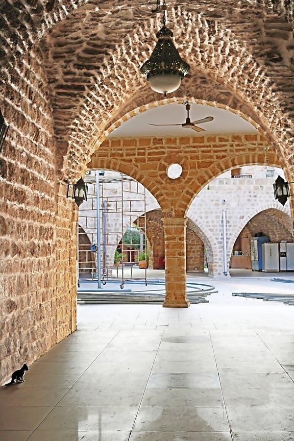 Gata med bågen i den gamla staden av Jaffa, Tel Aviv, Israel royaltyfria bilder