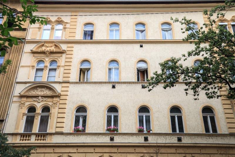 Gata med det gamla huset i Budapest, Ungern fotografering för bildbyråer