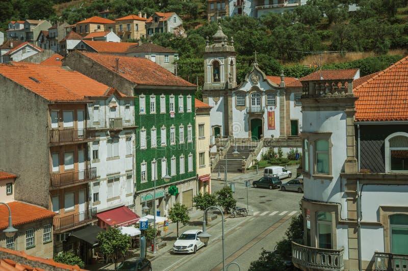 Gata med färgrika byggnader och den barocka kyrkan royaltyfri bild