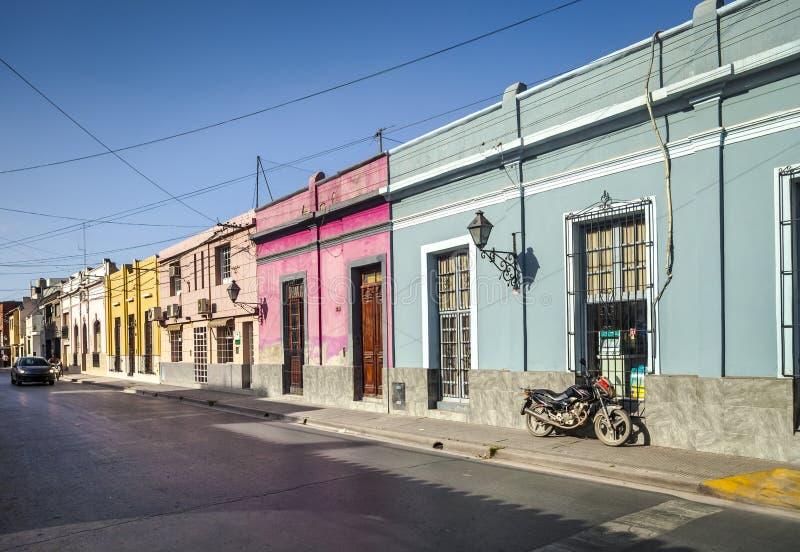 Gata med färgrika hus i Salta, Argentina arkivfoton