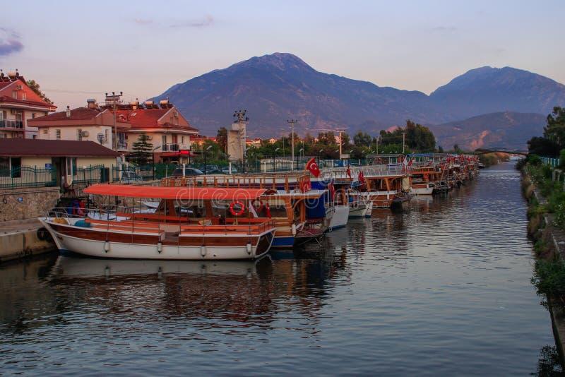 Gata med fartyg med den turkiska flaggan i kanalen på solnedgången arkivfoton