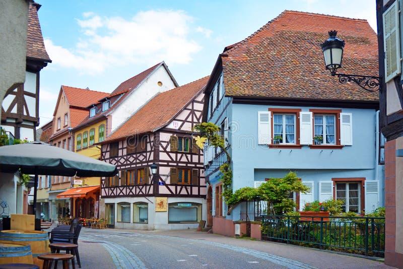 Gata med gamla historiska byggnader i Wissembourg, Frabce royaltyfria bilder
