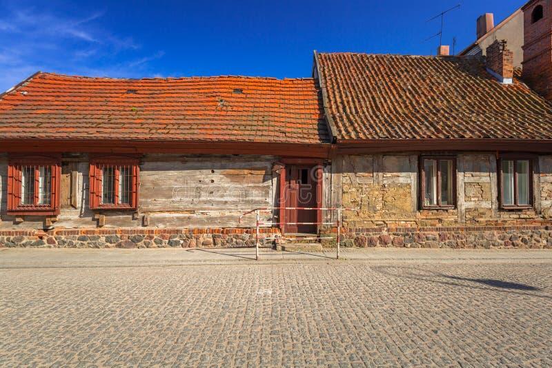 Gata med gammal stugaarkitektur i den Golub-Dobrzyn staden royaltyfria foton