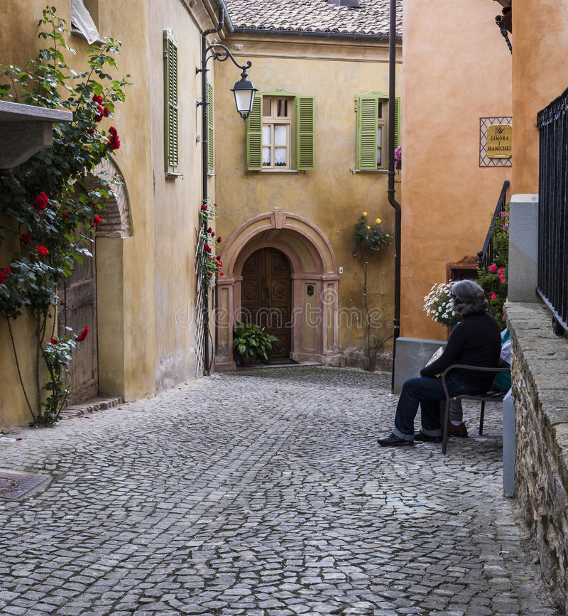 Gata med kvinnan i den Monforte d'Albaen, Piedmont arkivbilder