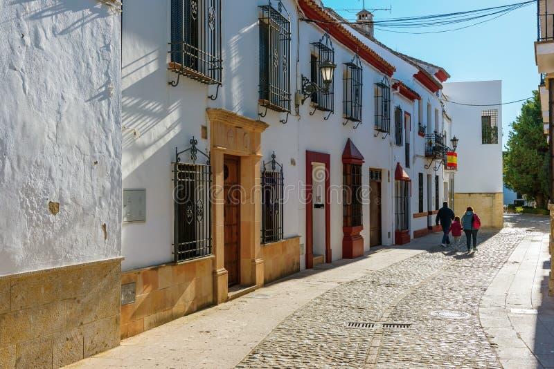 Gata med traditionell spansk gammal arkitektur i den Ronda staden, Spanien fotografering för bildbyråer