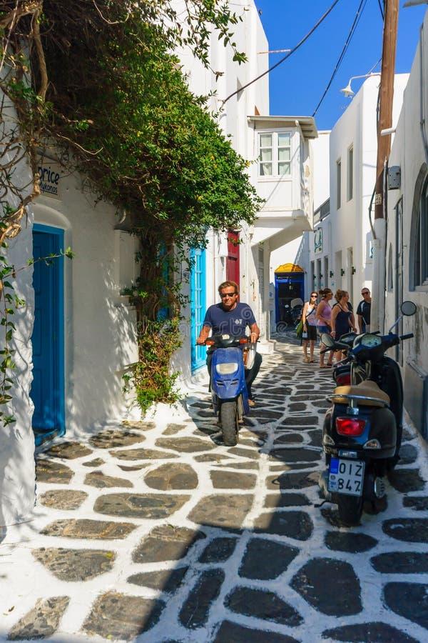 Gata med typiska grekhus i Mikonos arkivbilder