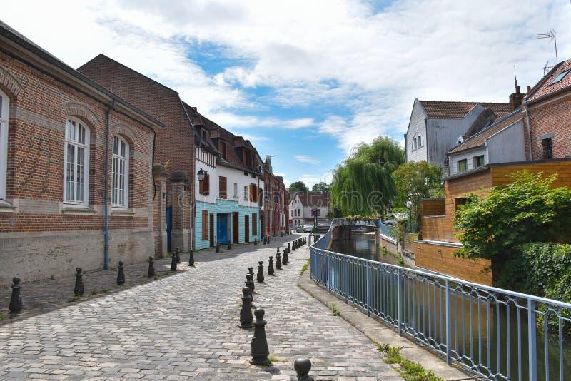 Gata Motte, stenläggning, kanal och gamla byggnader i Amiens, Frankrike, Europa arkivfoto