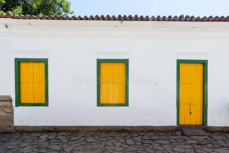Gata och gamla portugisiska koloniinvånarehus i historiskt centrum I arkivfoton