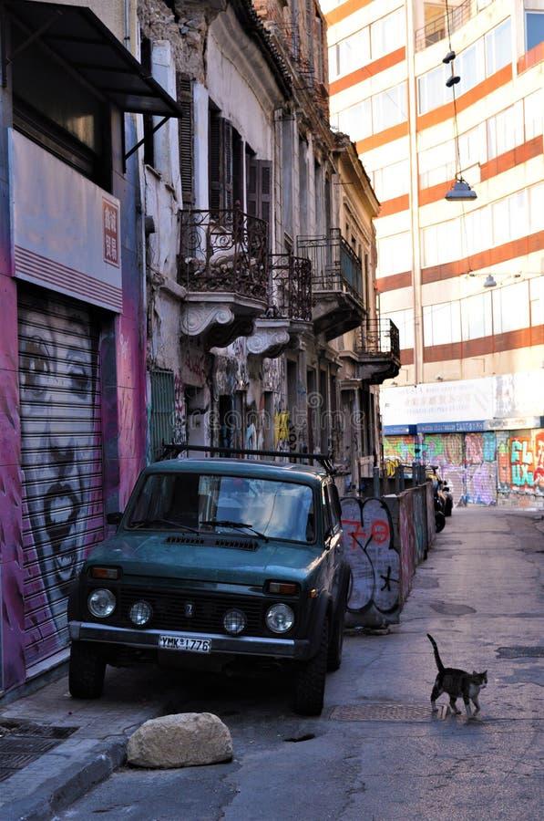 Gata och gammal bil i Aten, Grekland, Europa arkivbild