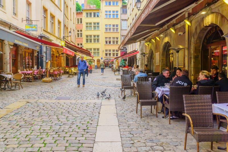 Gata- och kaf?plats, i gamla Lyon royaltyfri foto