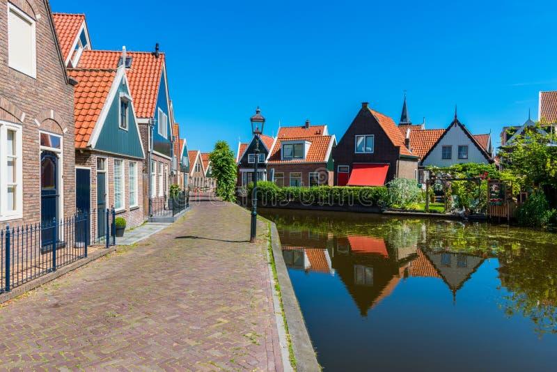 Gata och kanal i Volendam Nederländerna royaltyfri bild