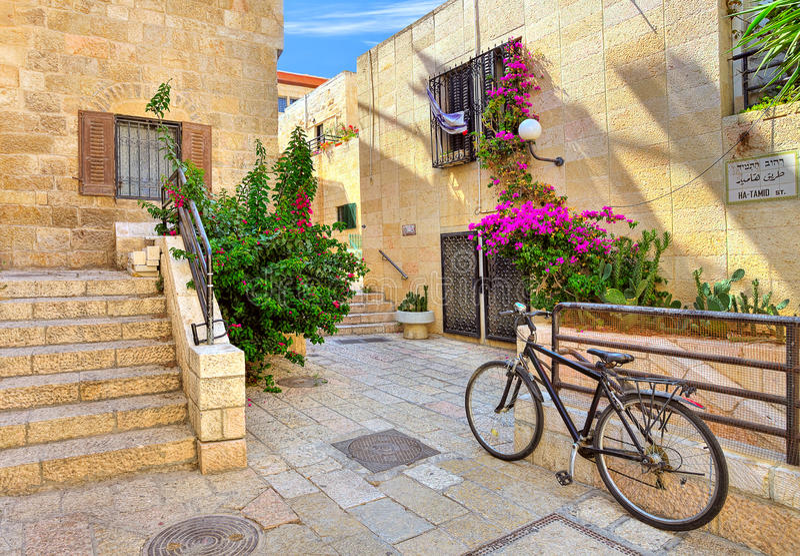 Gata- och stonrdhus på den judiska fjärdedelen i Jerusalem. arkivbild