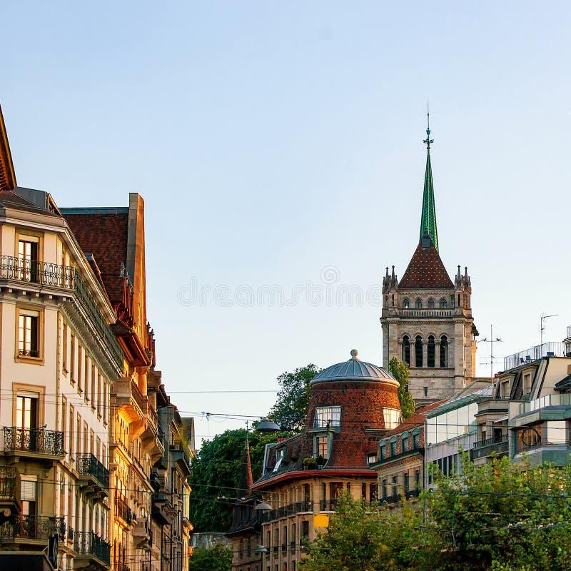 Gata och torn av St Pierre Cathedral i Genève Schweiz royaltyfri foto