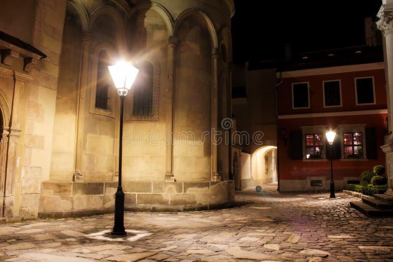 Gata på natten i den gamla staden av Lviv, Ukraina arkivbilder