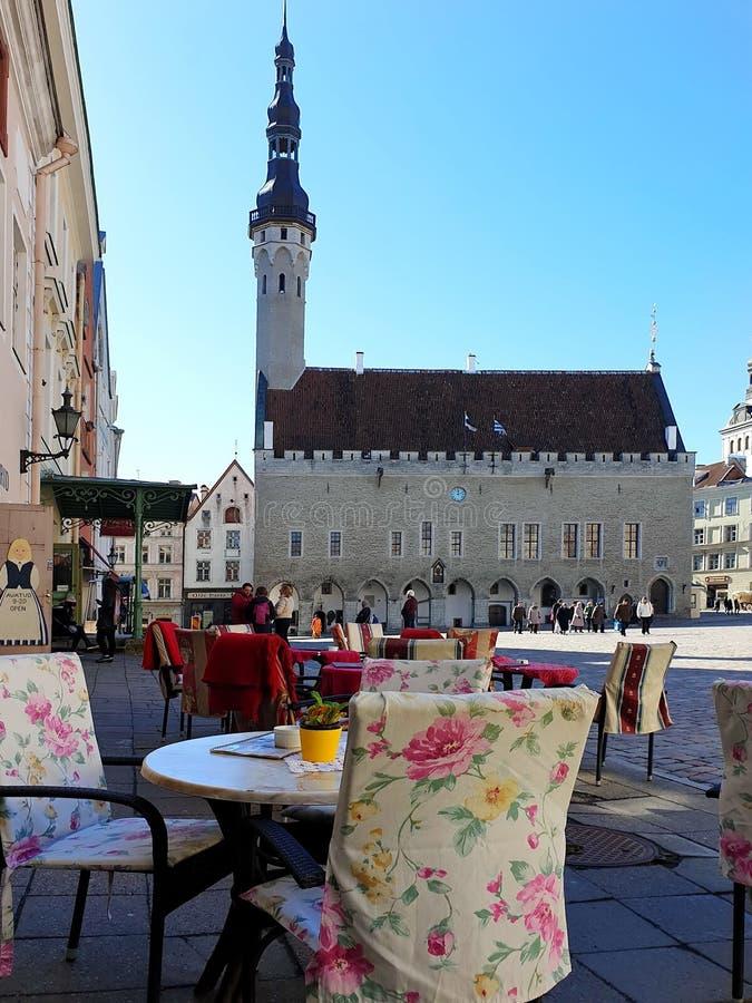 Gata Restoran i stadssommaraftonen i gammal stad av loppet för fyrkant för stad för Tallinn Estland 2019 marsch till baltisk stat fotografering för bildbyråer
