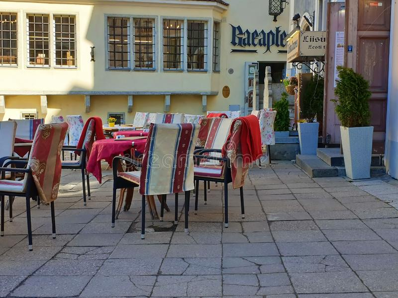 Gata Restoran i stadssommaraftonen i gammal stad av loppet för fyrkant för stad för Tallinn Estland 2019 marsch till baltisk stat royaltyfria foton