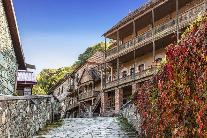 Gata Sharambeyan i staden av Dilijan med gamla hus fåtöljer royaltyfri bild