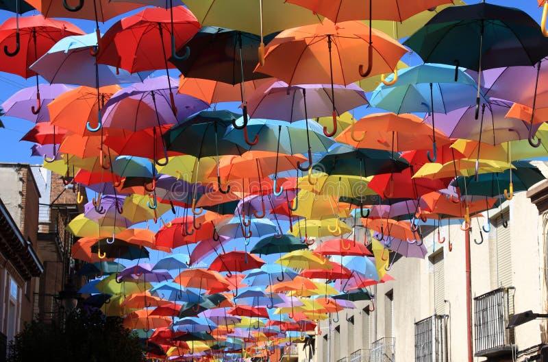 Gata som dekoreras med kulöra paraplyer. Madrid Getafe, Spanien arkivfoton