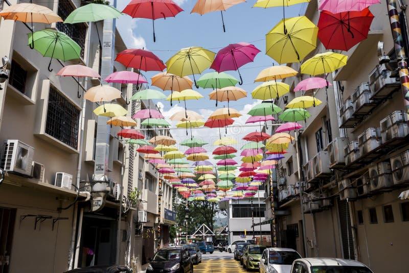 Gata som dekoreras med kulöra paraplyer Petaling Jaya, Malaysia royaltyfri foto