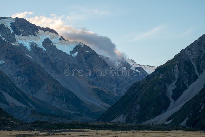 Gata som leder in mot monteringskocken, Nya Zeeland arkivfoto