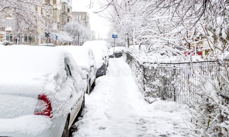 Gata som täckas med snö efter en storm royaltyfria bilder