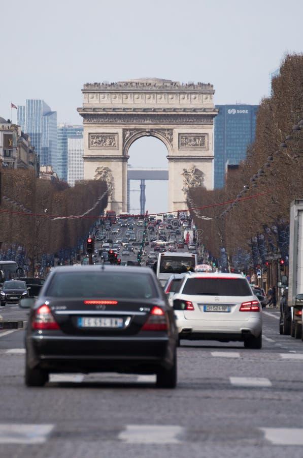 Gata som upp till leder Arc de Triomphe på abusy dag i Paris royaltyfri fotografi
