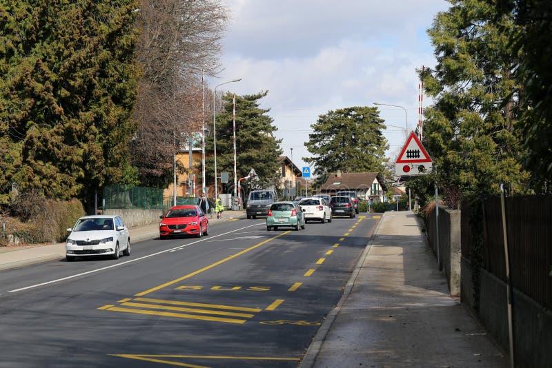 Gata, träd och bilar i Nyon, Schweiz arkivfoto