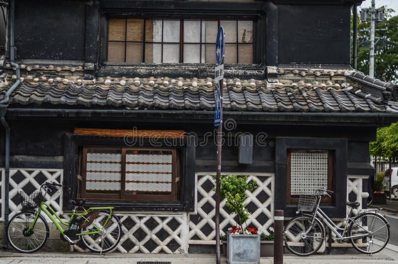 Gata, vägg och cykel, gammalt hus i Japan royaltyfri fotografi